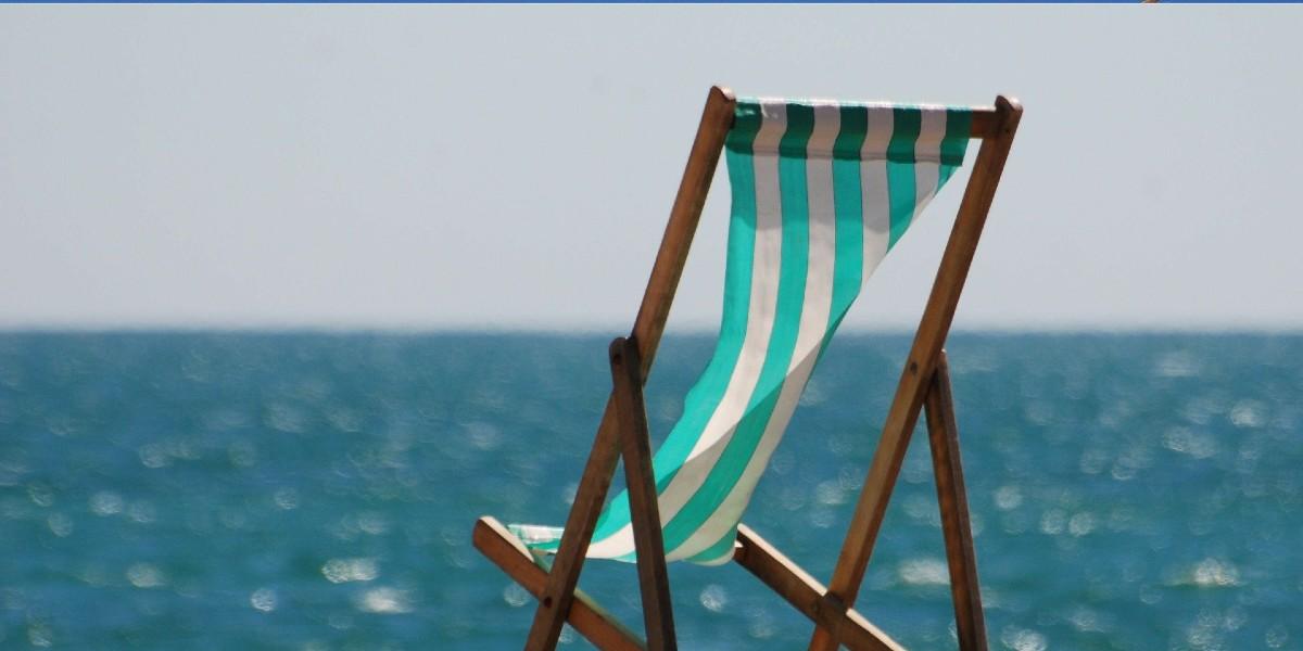 ξύλινη καρέκλα θαλάσσης, πράσινο και άσπρο, παραλία