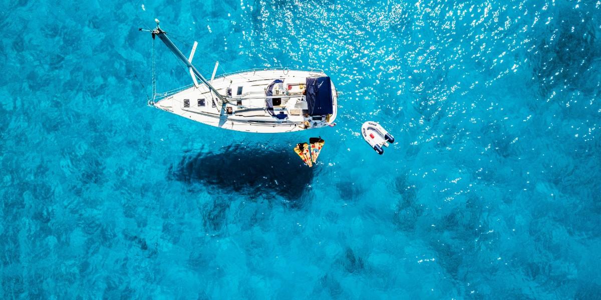γαλάζια, κρυστάλλινα νερά, σκάφος, σωσίβιο, βατραχοπέδιλα