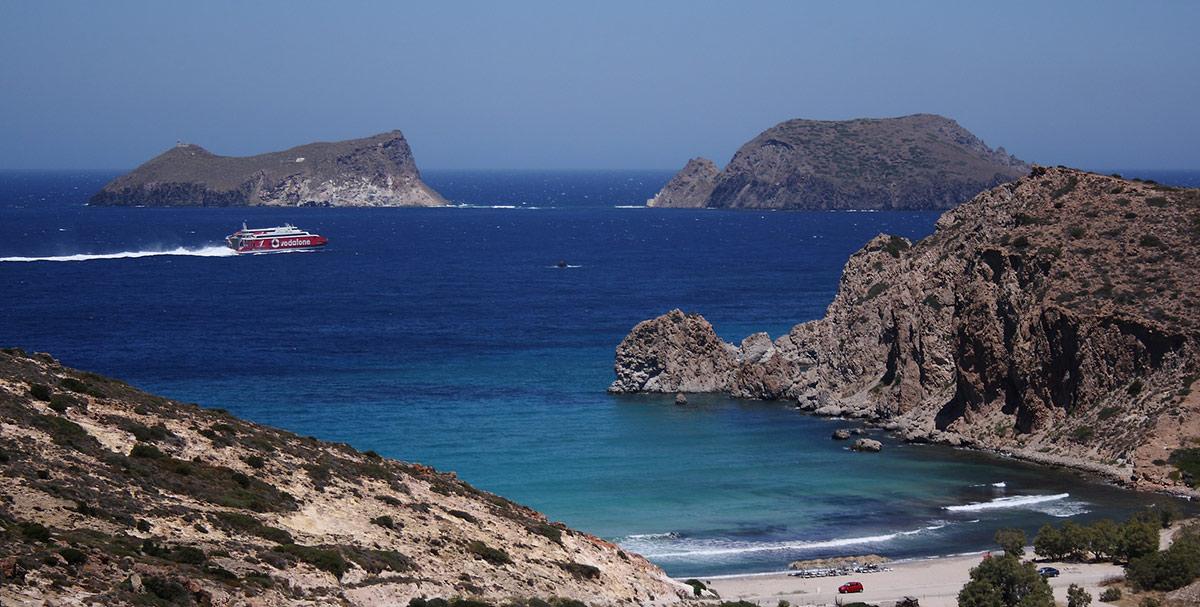 Ferry viajando a lo largo de la costa de Milos