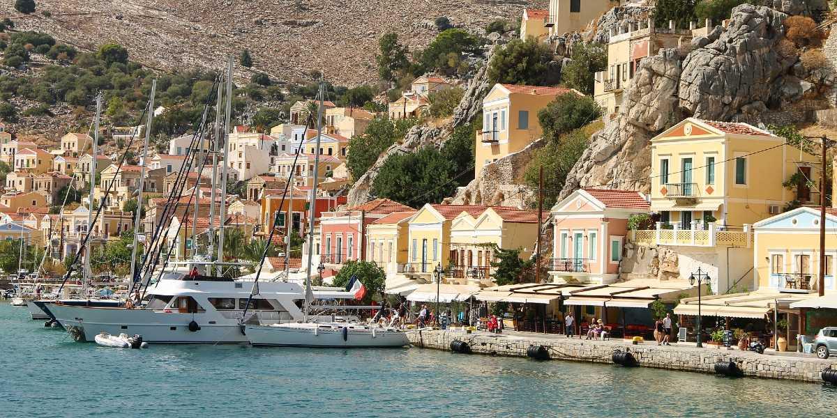 Τα πανέμορφα, χρωματιστά σπίτια στο λιμάνι της Σύμης