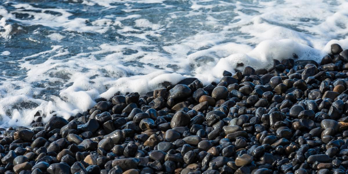 μαύρα βότσαλα, θάλασσα, παραλία στη Χίο