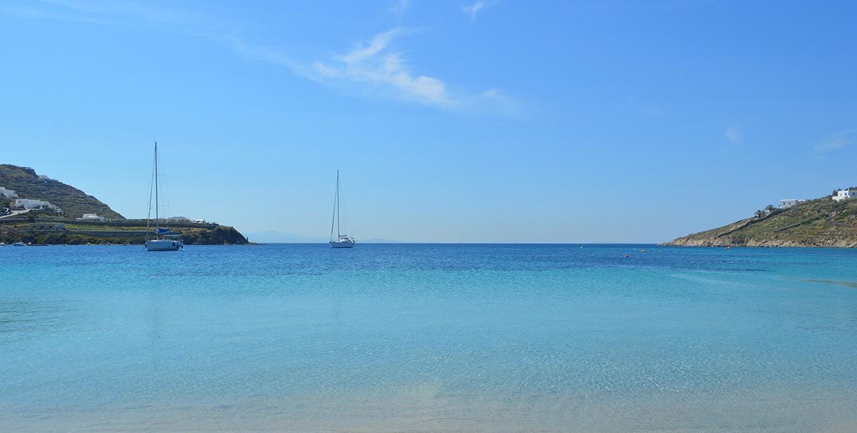 Παραλία στη Μύκονο, ιστιοπλοϊκά, σπίτια, μπλε θάλασσα - ακτοπλοϊκά για Μύκονο από Σαντορίνη