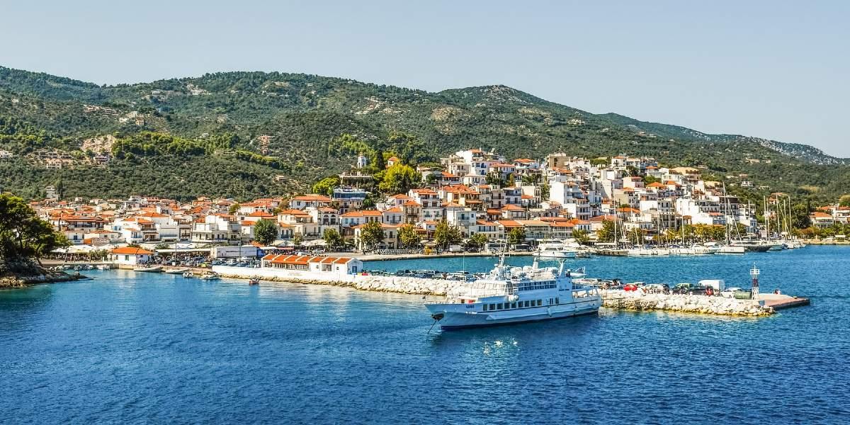 λιμάνι στη Σκιάθο, αποβάθρα, πλοίο, η Χώρα της Σκιάθου, κτήρια, πράσινη φύση