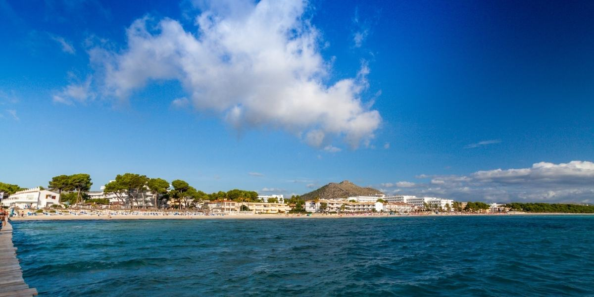 Una spiaggia vicino al porto maiorchino di Alcúdia