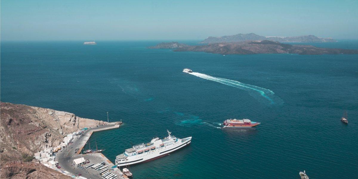 Ferry en el puerto de Santorini
