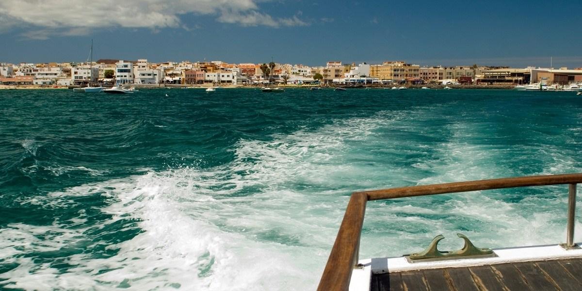 Vu du port de Corralejo à Fuerteventura depuis le pont d'un ferry