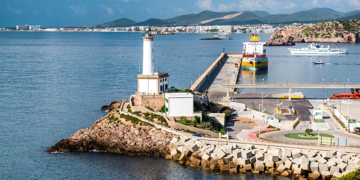 Un phare et des quais d'amarrage au port d'Ibiza