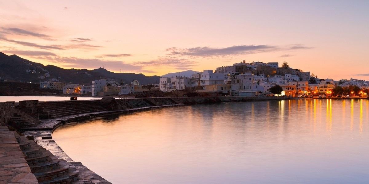 La ville et le port de Naxos par un coucher de soleil