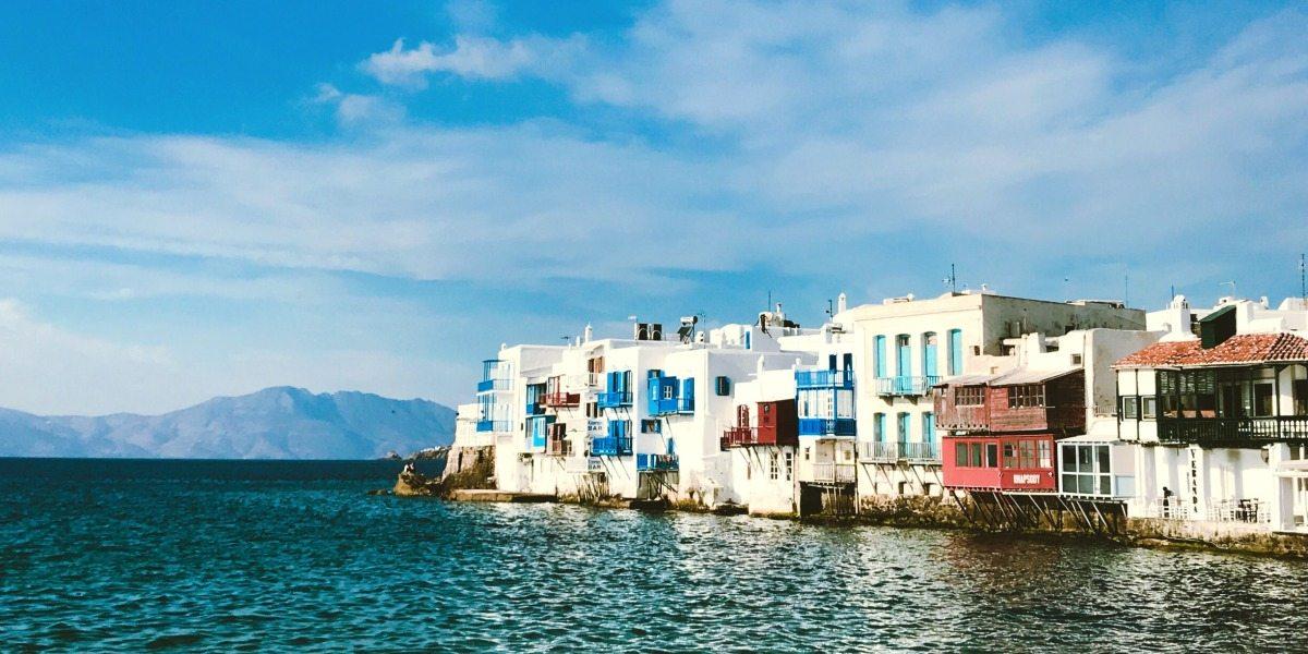 Arquitectura tradicional en Chora de Mykonos, mar azul, casas blancas, Cícladas, rutas de ferry desde Rafina y Pireo