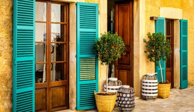mallorca, colorful houses, bohemian shop, local market, potted trees, holidays in mallorca