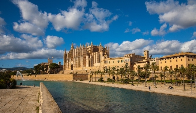 The cathedral of Palma de Mallorca with fountain and promenade