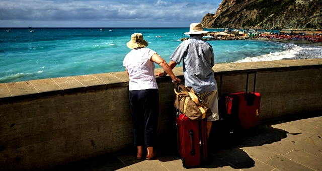 Travelers, hats, sea, luggage, beach, cinque terre, italy