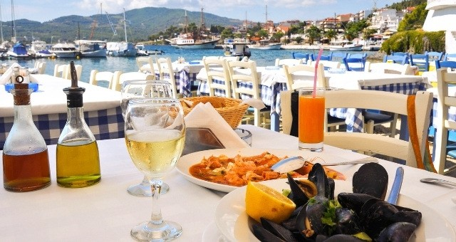 Gustare i frutti di mare in una taverna greca