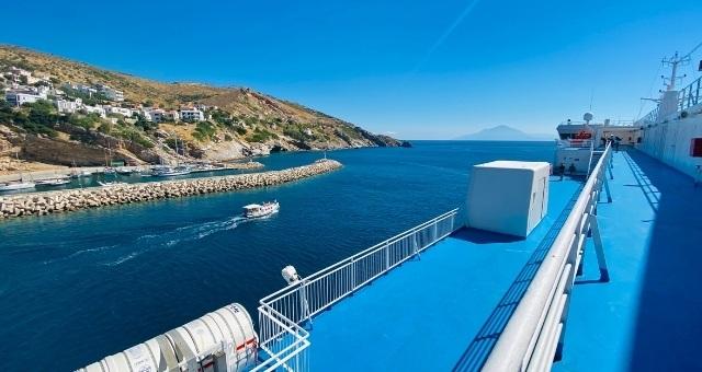 Πλοίο σε λιμάνι της Ικαρίας