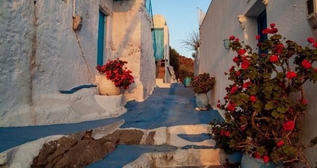 Романтична алея в село Плака на остров Милос