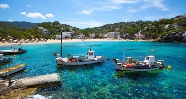 Barcos en la playa de Cala Vendella, en Ibiza