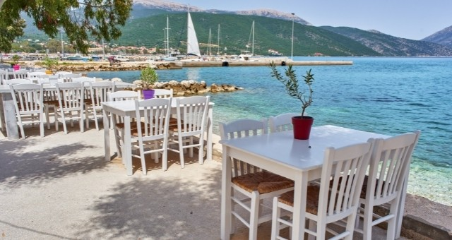 Eine Taverne am Meer auf Santorin