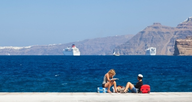 Ферибот, отплаващ от пристанище Атиниос на Санторини
