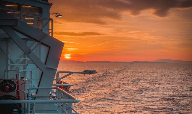 Un beau coucher de soleil sur la mer vu depuis un ferry