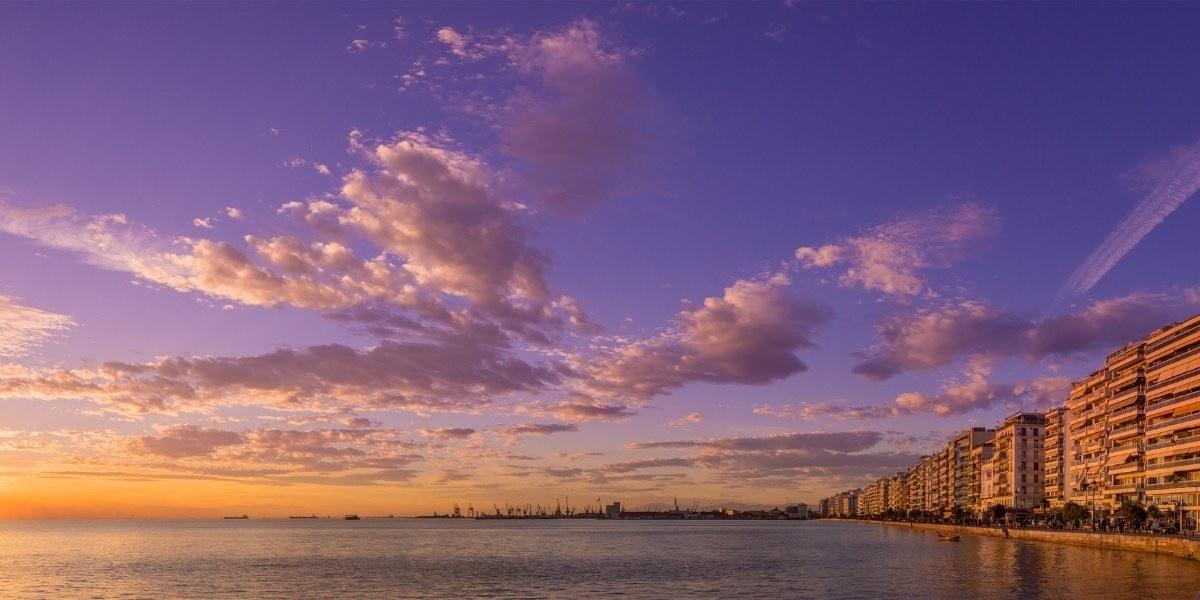 Ηλιοβασίλεμα στην παραλία και το λιμάνι της Θεσσαλονίκης