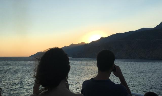 ηλιοβασίλεμα, θάλασσα, ταξιδώτες, ζευγάρι