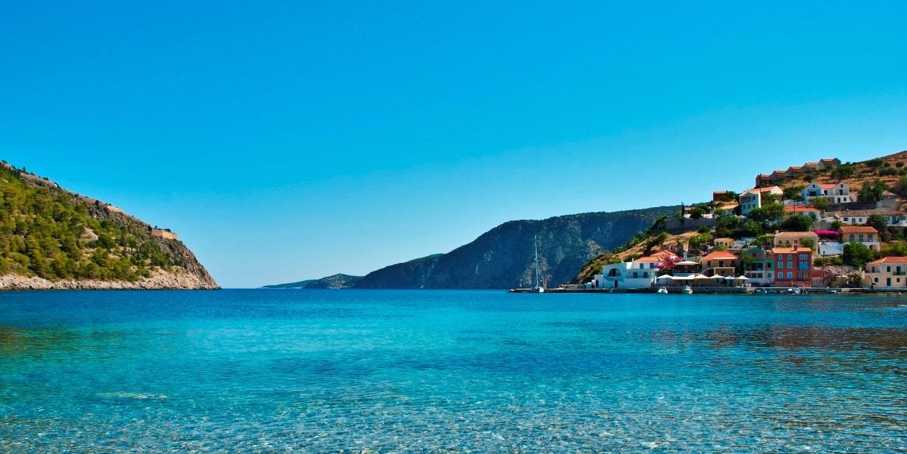 Χρωματιστά σπίτια στο παραθαλάσσιο χωριό Άσσος, Κεφαλονιά, ιστιοφόρα, κάστρο, νησί, θάλασσα, μπλε