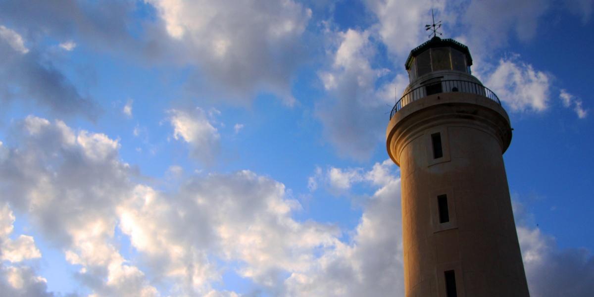 Ο Φάρος της Αλεξανδρούπολης, γαλάζιος ουρανός με σύννεφα