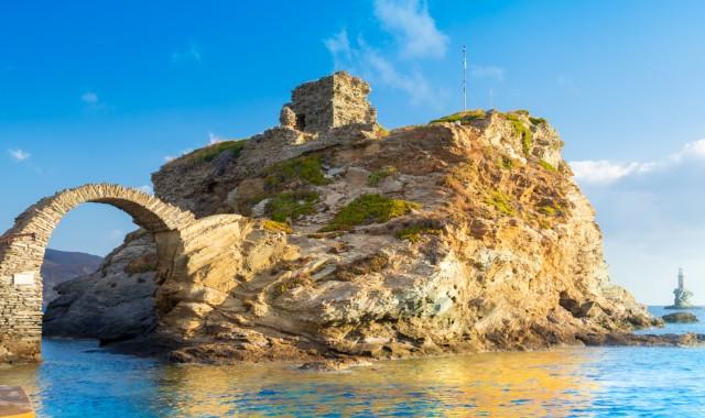 πέτρινο μνημείο πάνω σε βράχο, φάρος Τουρλίτης, καμάρα, Άνδρος