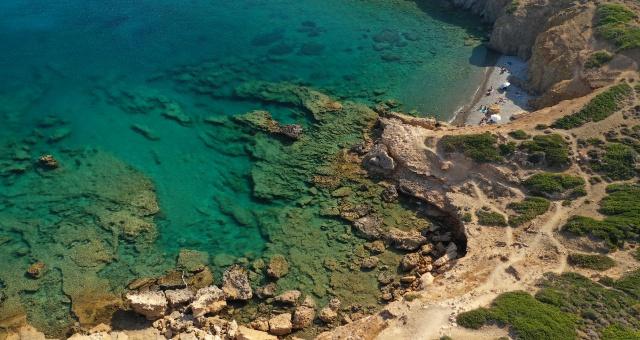 Παραλία Πλάκες στην Αστυπάλαια, βυθός, θάλασσα, βράχια, ομπρέλες
