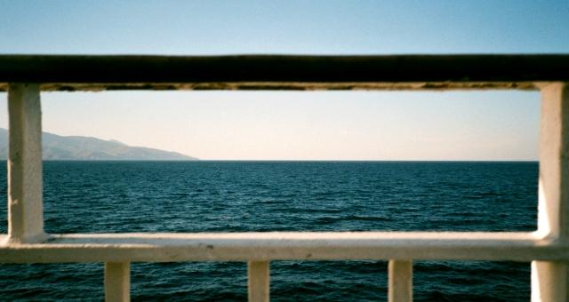 Vista de Atenas y del puerto de Rafina desde la cubierta del ferry