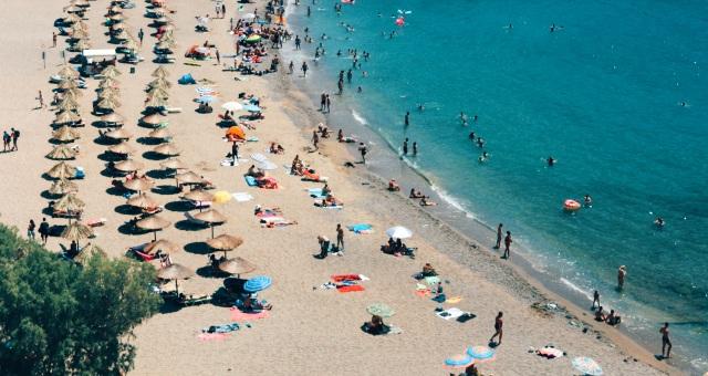 Playa de arena con sombrillas en Atenas
