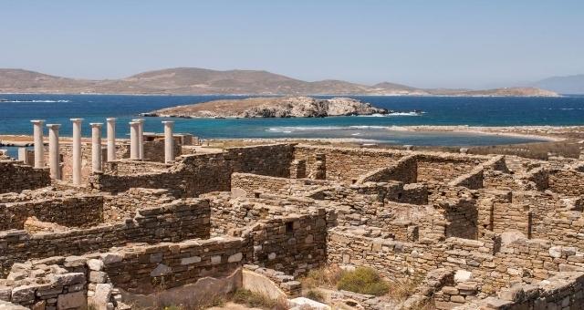 Άποψη του αρχαιολογικού χώρου της Δήλου με κίονες και τοίχους