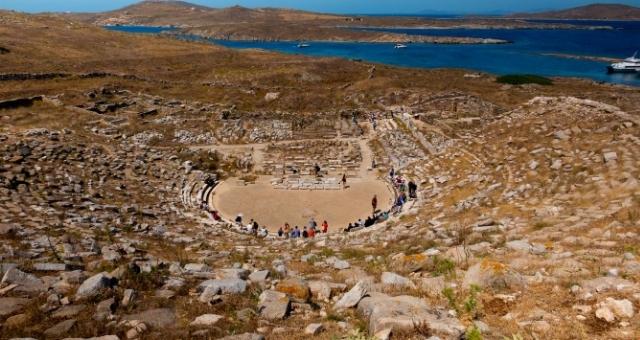 Το αρχαίο θέατρο στον αρχαιολογικό χώρο της Δήλου στις Κυκλάδες