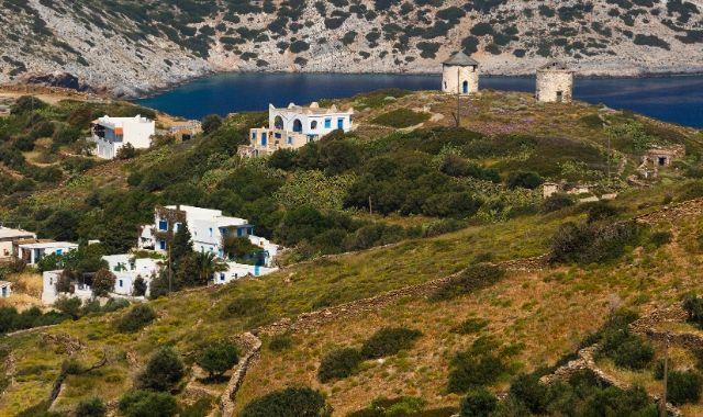λόφος, άσπρα σπίτια, θάλασσα, φυσικό τοπίο στους Φούρνους