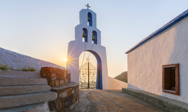 άσπρο και μπλε μοναστήρι, πετρόχτιστα, ηλιοβασίλεμα