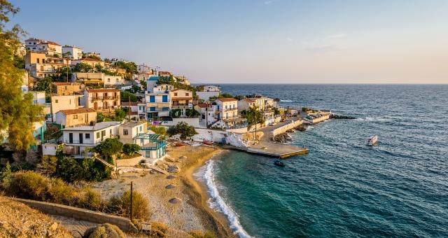 Ο παραθαλάσσιος οικισμός του Αρμενιστή, Ικαρία, σκάφος, θάλασσα, κύμα, σπίτια, προβλήτα, χρώματα, φως