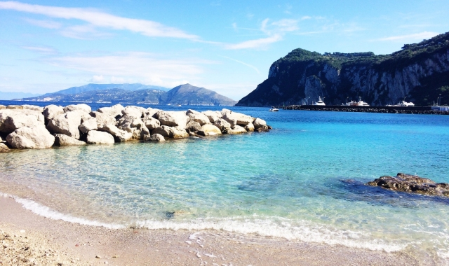 beach on the Amalfi Coast, crystal blue waters, rocks, holidays, Capri, Positano, ferry routes