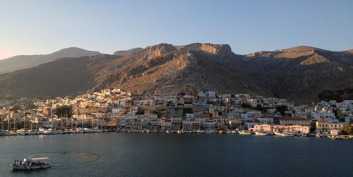 Η Χώρα και το λιμάνι της Καλύμνου, κτίρια, θάλασσα, βουνό