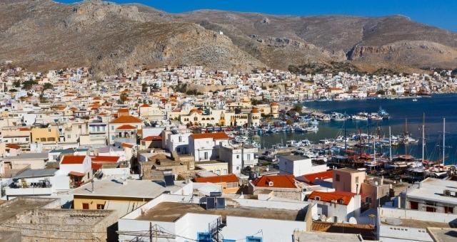 Το λιμάνι της Καλύμνου, σπίτια, βουνό, θάλασσα, ιστιοπλοϊκά, Δωδεκάνησα