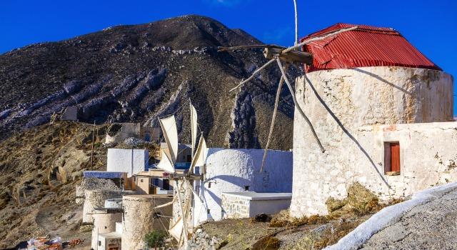 Ανεμόμυλοι στο χωριό Όλυμπος, Κάρπαθος, βουνό, άσπρο-κόκκινο, σπίτια, παράθυρα, μπλε ουρανός