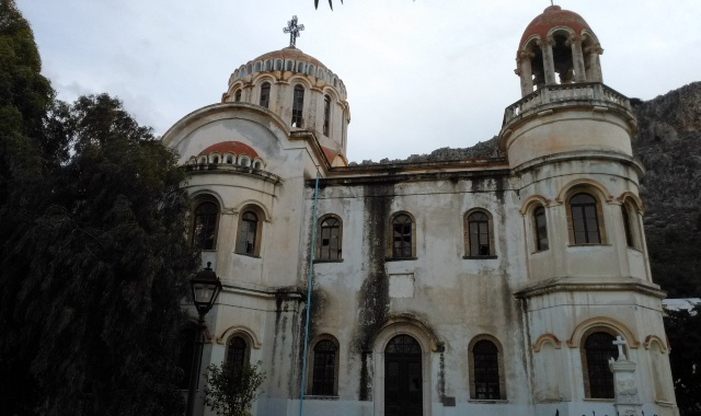 Παλιά άσπρη εκκλησία, Μητρόπολη των Αγίων Κωνσταντίνου καιΕλένης, βυζαντινό μνημείο, δέντρα, Καστελλόριζο