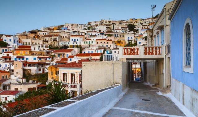 Πολύχρωμα σπίτια στον οικισμό της Ιουλίδας στην Τζια