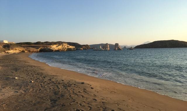παραλία στην Κίμωλο, άμμος, βράχοι, ηλιοβασίλεμα, θάλασσα, Κυκλάδες