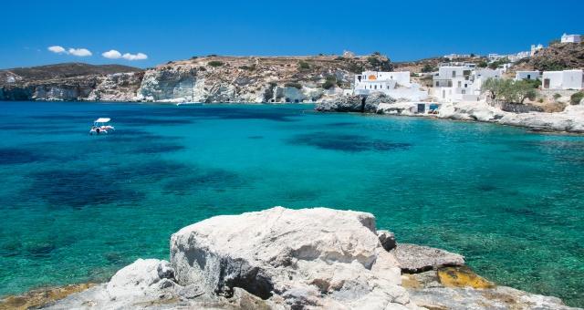 παραλία Καράς στην Κίμωλο, γαλαζοπράσινα νερά, λευκός βράχος, φουσκωτό, λευκά σπιτάκια