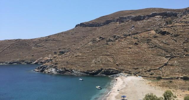 Παραλία στην Κύθνο, γαλαζοπράσινα νερά, βράχοι, αμμουδιά