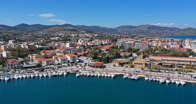 Λιμάνι Λαυρίου, πόλη, ιστιοπλοϊκά, σκάφη, προβλήτα, παραλιακός δρόμος, σπίτια, βουνά