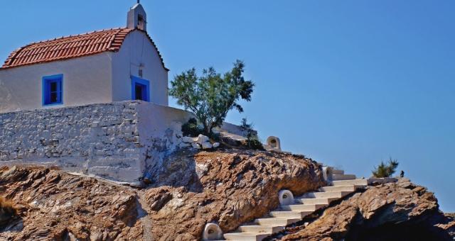 μοναστήρι με κεραμίδια και μπλε παράθυρα στη Λέρο