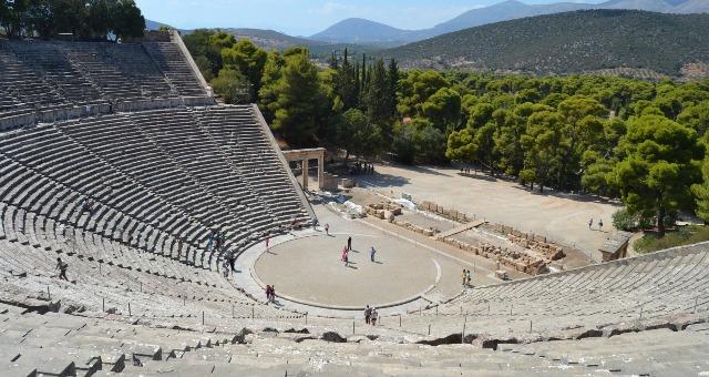 το αρχαίο θέατρο της Επιδαύρου, αμφιθέατρο και σκηνή, δέντρα, δρομολόγια πλοίων