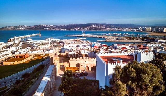 Il porto di Tangeri e uno scorcio della città