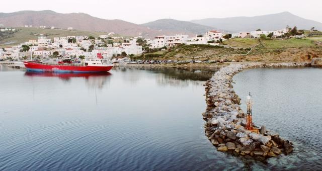 κόκκινο πλοίο στο λιμάνι της Μυκόνου, άσπρα σπίτια, θάλασσα, ακτοπλοϊκά για Μύκονο